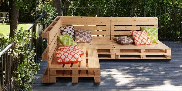 Pallet furniture with throw pillows